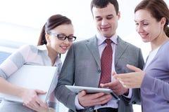 Teamwork im Büro Lizenzfreies Stockfoto