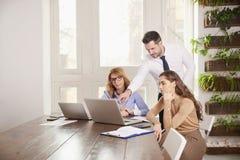 Teamwork im Büro Gruppe Geschäftsleute, die zusammen an Laptop im Büro arbeiten stockfoto