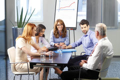 Teamwork im Büro Stockbild