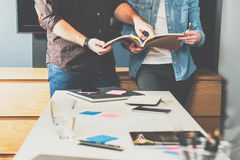 teamwork Jeune femme et homme d'affaires d'affaires se tenant à la table et au regard dans l'annuaire photo libre de droits