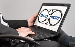 Teamwork-Konzept auf einem Laptop Lizenzfreie Stockbilder