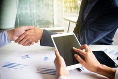 Teamwork-Konzept der Bürofunktion, junge Geschäftsleute, die h rütteln Lizenzfreie Stockfotografie