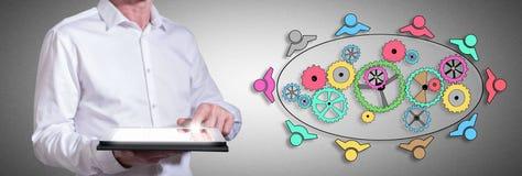 Teamwork-Konzept mit dem Mann, der eine Tablette verwendet Lizenzfreies Stockbild