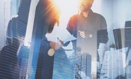 Teamwork-Konzeptprozeß Junges Team von den Mitarbeitern, die große Geschäftsdiskussion im modernen coworking Büro machen doppelte Stockbilder