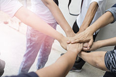 Teamwork-Leute berühren Hände für Einheitsgruppe zu succuss Geschäft Lizenzfreie Stockbilder