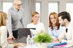 Teamwork mit Computer Lizenzfreies Stockfoto