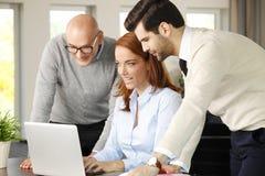 Teamwork mit Computer Lizenzfreie Stockfotos