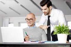 Teamwork mit Laptop Lizenzfreie Stockfotografie
