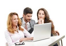 Teamwork mit Laptop stockfoto