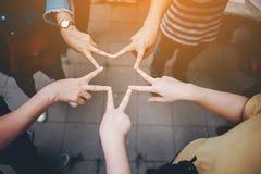 Teamwork mit unseren Armen und Händen stockfotos