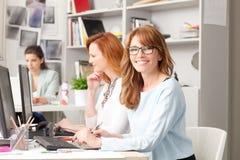 Teamwork am modernen Grafikstudio Lizenzfreie Stockfotos