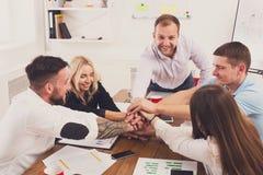 Teamwork och det teambuilding begreppet i regeringsställning, folk förbinder händer Royaltyfria Foton