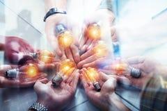 Teamwork- och idékläckningbegrepp med affärsmän som delar en idé med en lampa Begreppsföretagsstart double arkivbild