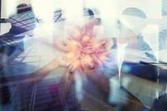 Teamwork- och idékläckningbegrepp med affärsmän som delar en idé med en lampa Begreppsföretagsstart double royaltyfri fotografi