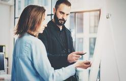 Teamwork- och idékläckningbegrepp Unga idérika coworkers som arbetar med nytt startup projekt i modernt kontor _ arkivbilder