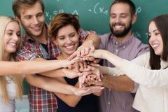 Teamwork och samarbete bland studenter Arkivbild