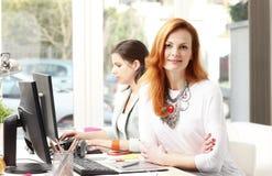 Teamwork på den moderna grafiska studion Fotografering för Bildbyråer
