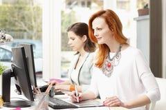 Teamwork på den moderna grafiska studion Royaltyfri Foto