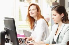 Teamwork på den moderna studion för grafisk design Royaltyfri Fotografi