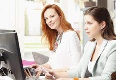 Teamwork på den moderna studion för grafisk design Arkivbild