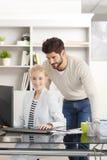 Teamwork på kontoret Arkivbilder