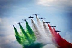 Teamwork på skyen Frecce Tricolori i handling Fotografering för Bildbyråer