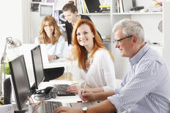 Teamwork på studion för grafisk design Royaltyfria Foton
