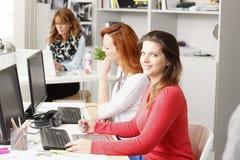Teamwork på studion för grafisk design Royaltyfria Bilder