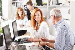 Teamwork på studion för grafisk design Arkivfoton