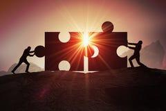 Teamwork, Partnerschaft und Zusammenarbeitskonzept Schattenbilder des Geschäftsmannes zwei, welche sich zusammen zwei Stücken des