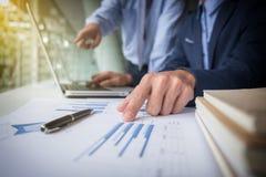 Teamwork-Prozess, Geschäftsmänner übergibt das Zeigen auf Laptop und Dokument Lizenzfreies Stockbild