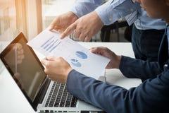 Teamwork-Prozess, Geschäftsmänner übergibt das Zeigen auf Laptop und Dokument Lizenzfreie Stockfotografie