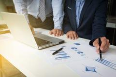 Teamwork-Prozess, junge Geschäftsmänner übergibt das Zeigen auf Dokument a Lizenzfreie Stockfotografie