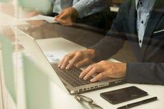 Teamwork-Prozess, junge Geschäftsmänner übergibt das Zeigen auf Dokument a Stockbild