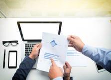 Teamwork-Prozess, junge Geschäftsmänner übergibt das Zeigen auf Dokument a Lizenzfreie Stockbilder