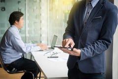 Teamwork-Prozess, junge Geschäftsmänner, die mit Dokument arbeiten und La Lizenzfreie Stockbilder