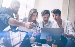 Teamwork-Prozess Junge Mitarbeiter arbeiten mit neuem Startprojekt im Büro Frau, die Notenauflage in den Händen, bärtigen Mann hä Lizenzfreie Stockfotografie