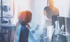 Teamwork-Prozess Junges Team von den Mitarbeitern, die große Geschäftsdiskussion im modernen coworking Büro machen Doppelte Berüh Stockfotografie