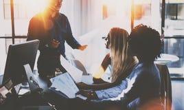 Teamwork-Prozess Junges Team von den Mitarbeitern, die große Geschäftsdiskussion im modernen coworking Büro machen horizontal Stockfoto