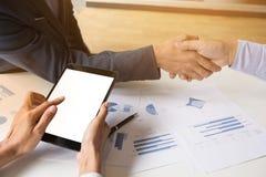 Teamwork-Prozess, Nahaufnahme von zwei Geschäftsleuten, die Hände rütteln Stockfotos