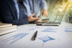 Teamwork-Prozess, Unschärfehintergrund, Geschäftsmänner übergibt das Zeigen auf Stockfotos
