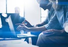 Teamwork-Prozesskonzept Junge Mitarbeiter arbeiten mit neuem Startprojekt im Büro Horizontaler, unscharfer Hintergrund geerntet lizenzfreies stockbild