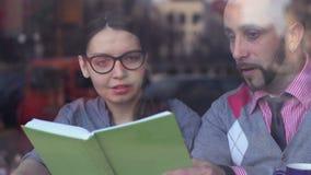 Teamwork, samarbete och kreativitet Ungt affärsfolk som möter på kafét arkivfilmer