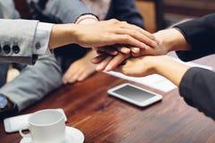 Teamwork sammanfogar begrepp för handservice tillsammans Royaltyfria Foton