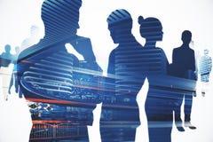 Teamwork-Schattenbild und Nachtstadt stockfoto