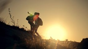 teamwork Schattenbild von den Kindern, die heraus eine Handreichung halten Zwei Jungentouristen auf den Berg Kinderhilfe stock video footage