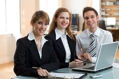 Teamwork-Sitzung mit Laptop lizenzfreie stockfotografie