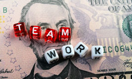 Teamwork-Text fünf-Dollar-Banknote Stockfotografie