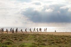 Teamwork an Thoduwawa-Strand, Sri Lanka Stockfotos