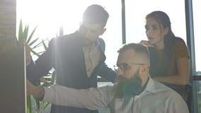 teamwork Tre giovani architetti che lavorano ad un progetto video d archivio